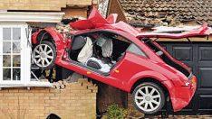 Kaza yapan araba duvarda asılı kaldı